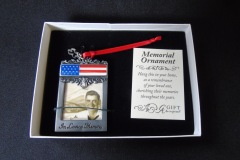 PHOTOGRAPH CHARM WITH U.S. FLAG <p>This can be tied to a bridal bouquet in order to  remember a loved one. Some people said that these  would be particularly likely to be used to remember  a person who might otherwise be 'walking [a bride or  groom] down the aisle', most commonly – although not  always – a father.</p>
